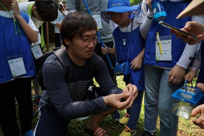 지구사랑탐사대 여름 캠프에서 이화여대 에코과학부 배윤혁 연구원이 곤충에 대해 설명하고 있다. - (주)동아사이언스 제공